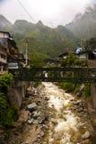Brücke und Berge stockfotos