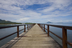 Brücke und blauer Himmel Stockfoto
