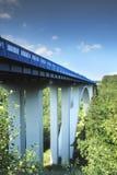 Brücke und blauer Himmel. Stockfoto