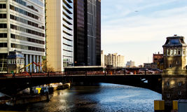 Brücke und Brückenhaus über Chicago River während der Hauptverkehrszeit Lizenzfreie Stockfotografie