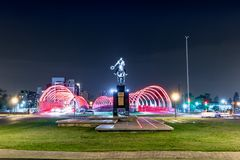 Brücke und Brigadegeneral Juan Bautista Bustos Statue nachts - Cordoba, Argentinien Puente Del Bicentenario Bicentenary stockbild