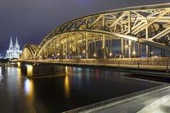 Brücke und die Kathedrale in Köln, Deutschland stockfotos