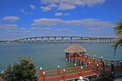 Brücke und Dock über Wasser Stockbilder