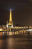 Brücke und Eiffelturm Alexanders III Stockbilder