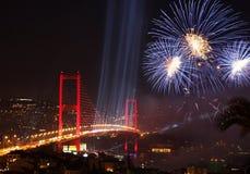 Brücke und Feuerwerke Istanbuls Bosphorus Lizenzfreie Stockfotos