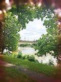 Brücke und Fluss durch Bäume Stockfotografie