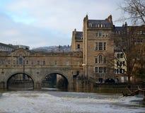 Brücke und Gebäude Stockfotografie