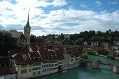 Brücke und Gebäude in Aare-Fluss in Bern, die Schweiz Lizenzfreies Stockbild