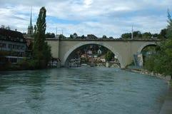 Brücke und Gebäude in Aare-Fluss in Bern, die Schweiz Stockfotografie