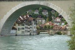 Brücke und Gebäude in Aare-Fluss in Bern, die Schweiz Lizenzfreie Stockbilder