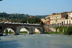 Brücke und Gebäude in Adyga-Fluss in Verona, Italien Stockbild