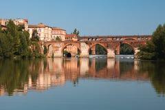 Brücke und Häuser in Albi und in seiner Reflexion Stockbild