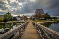 Brücke und Häuser herein entlang dem Hafen, in St. Michaels, Maryland lizenzfreies stockfoto