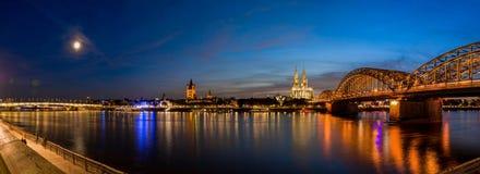 Brücke und Kathedrale von Köln, Deutschland nach Sonnenuntergang im blauen Stundenpanorama lizenzfreies stockbild