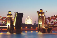Brücke und Kirche in der Dämmerung Stockfotografie