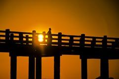 Brücke und Leute u-Bein am Sonnenuntergang lizenzfreies stockfoto