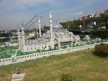 Brücke und Moschee stockfotografie