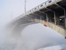 Brücke und Nebel lizenzfreie stockbilder