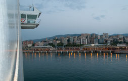 Brücke und Palma an der Dämmerung. Lizenzfreie Stockbilder