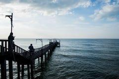 Brücke und pavillion auf dem Meer mit Leuten gehen auf die Brücke Stockfotos