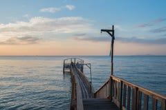 Brücke und pavillion auf dem Meer mit Leuten gehen auf die Brücke Stockfoto
