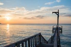 Brücke und pavillion auf dem Meer mit Leuten gehen auf die Brücke Stockbilder