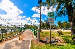Brücke und Radweg in tropischem Kailua setzen in Oahu auf den Strand Lizenzfreies Stockfoto