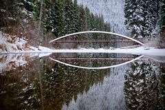 Brücke und Reflexion Winterwald und -see Lightning See Manning Park Hoffnung Im Stadtzentrum gelegenes Vancouver kanada Lizenzfreies Stockfoto