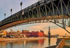 Brücke und rotes Gebäude unter dem bunten Sonnenuntergang bewölkt sich Lizenzfreie Stockfotografie