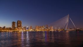 Brücke und Skyline nachts stock video