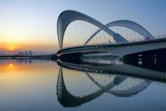 Brücke und Sonnenuntergang Stockfotografie
