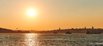 Brücke und Sonnenuntergang Bosphorus Die Stadt, Schiffe auf Horizont Lizenzfreies Stockbild