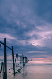 Brücke und Sonnenuntergang am Strand stockbild