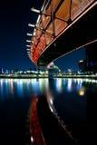 Brücke und Stadt nachts Stockfotografie