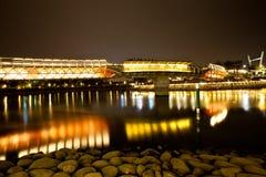 Brücke und Stadt nachts Stockbilder