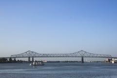 Brücke und Tug Boat stockfoto
