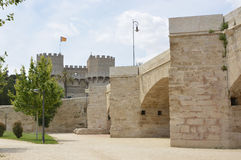 Brücke und Turm von Serranos, Valencia, Spanien lizenzfreie stockbilder