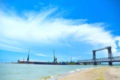 Brücke und Turmkrane Lizenzfreies Stockbild