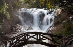 Brücke und Wasserfall Lizenzfreie Stockfotos
