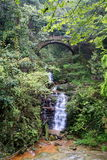 Brücke und Wasserfall Lizenzfreies Stockfoto