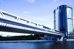 Brücke und Wolkenkratzer lizenzfreies stockbild