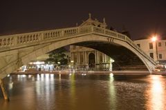 Brücke in Venedig nachts Lizenzfreie Stockfotografie