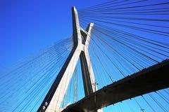 Brücke verschob auf Kabeln an einem sonnigen Tag stockbild