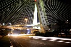 Brücke verschoben auf Kabeln in Sao-Paulo Brasilien stockbilder