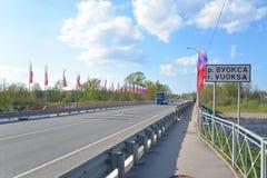 Brücke verziert mit Flaggen in Priozersk Stockbild