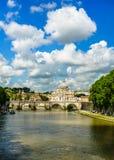 Brücke Vittorio Emanuele II, der Tiber-Fluss und St Peter Kathedrale stockbild