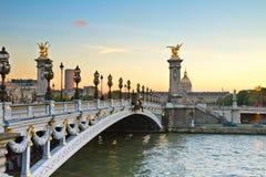 Brücke von Alexandre III am Sonnenuntergang lizenzfreies stockbild