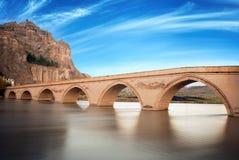 Brücke von Koyunbaba mit felsigem Lizenzfreies Stockfoto