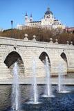 Brücke von Segovia, von Brunnen und von Kathedrale von Nuestra Senora Stockfotos
