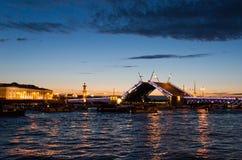 Brücke von St Petersburg nachts Stockbilder